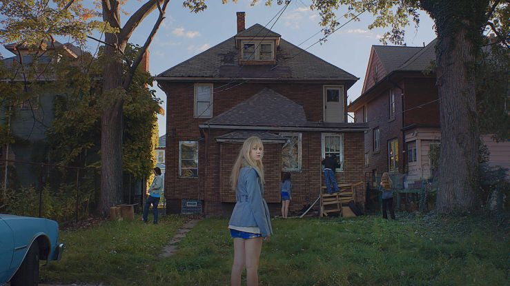 it-follows-review-frightening-and-refreshing-374142